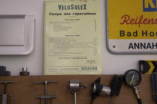 Sur le mur du musée, cette notice indique le temps nécessaire pour chaque réparation.