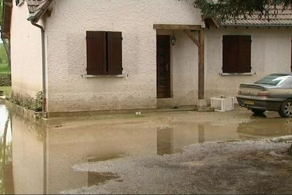 Au plus fort de la crue, l'eau est montée d'un mètre cinquante, comme en témoignent les traces sur cette maison