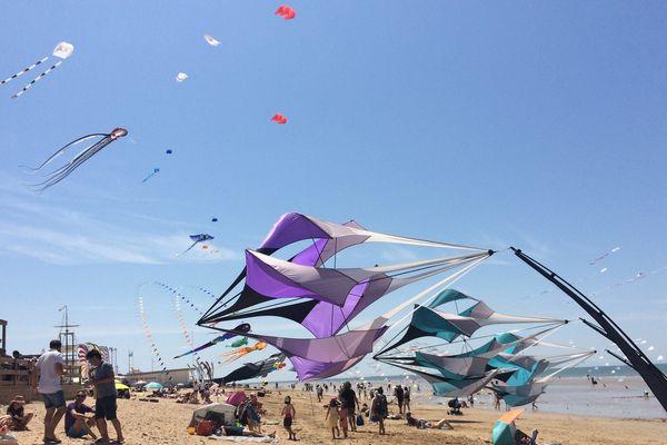 """Le festival de cerfs-volants """"à tout vent"""" réunit 200 amateurs chaque année sur la plage de Notre-Dames-de-Monts en Vendée"""