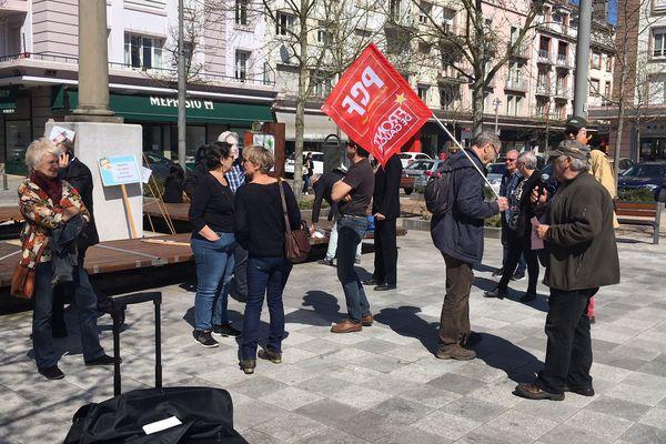 """Un premier petit groupe d'opposants à la venue d'Emmanuel Macron à Epinal (PCF, Insoumis, """"anti fa"""", NPA. EELV) est arrivé dès la mi-journée, Place Pinau."""