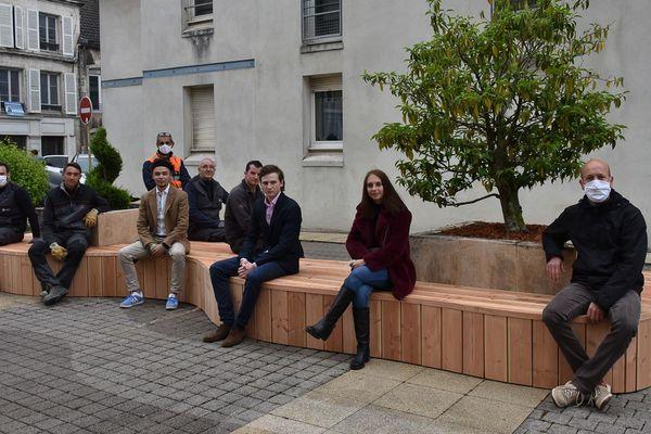 Ce banc de 7 mètres de long est la concrétisation d'un projet d'études de quatre élèves du lycée Charles-de-Gaulle.