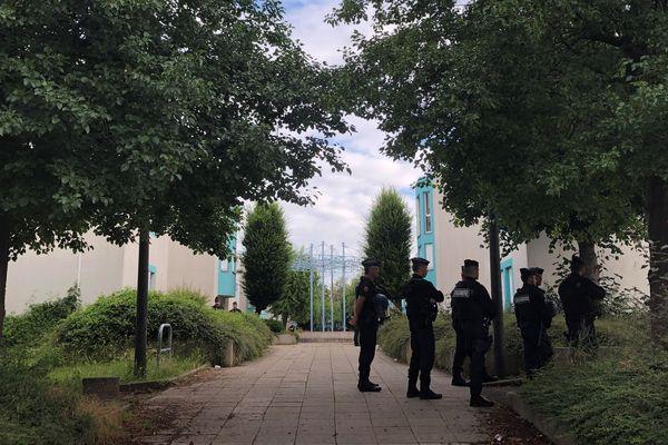 De nombreux membres des forces de l'ordre ont été mobilisés pour des opérations aux Grésilles, suite aux événements violents entre communautés tchétchène et maghrébine.