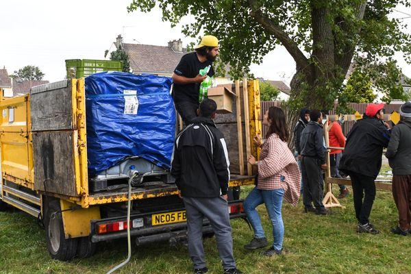 Des béénvoles de l'Auberge des migrants installent des douches mobiles à Calais (le 5 septembre dernier).