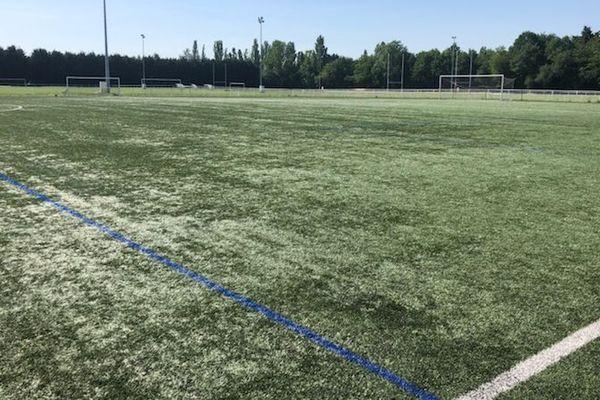 Plus de 300 personnes ont assisté à un match illégal dans le stade municipal de Grigny mardi soir.