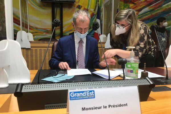 La séance est  présidée par Jean-Louis Masson sénateur, doyen de l'assemblée, élu sur la liste RN