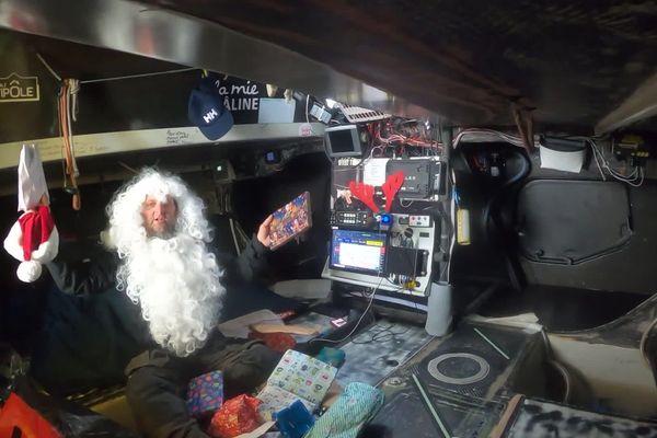 Arnaud Boissières a revêtu son costume de Père-Noël en ce 24 décembre et s'apprête à ouvrir un sac rempli de surprises