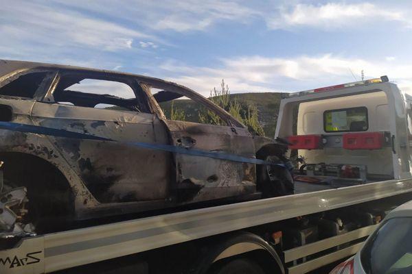 La voiture calcinée retrouvée dans un passage sous l'A55