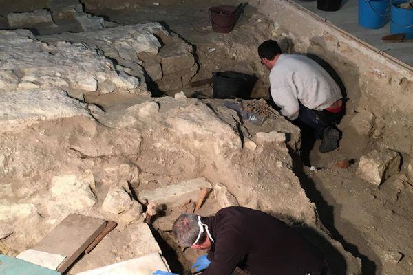 Les fouilles archéologiques autour de la dépouille de Ludovic Sforza ont repris ce lundi 30 novembre dans la collégiale Saint-Ours de Loches.