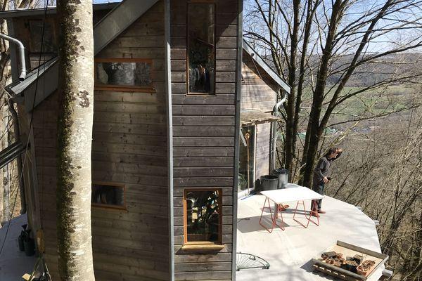 Xavier Marmier a construit une cabane hors du commun, à Cléron.