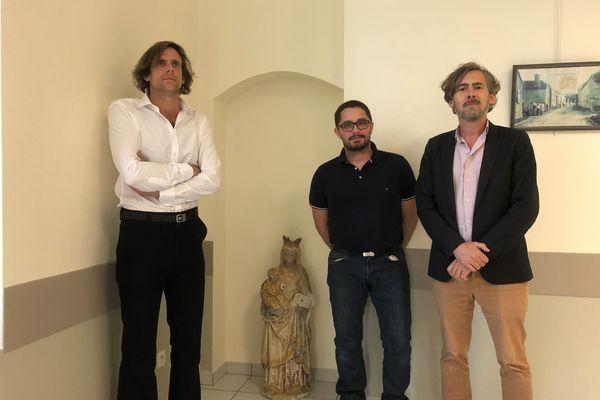 Les antiquaires Pierre Brost et Pierre-Fréderic Benoît (gauche et droite), avec le maire Alexandre Mocquart (au centre).