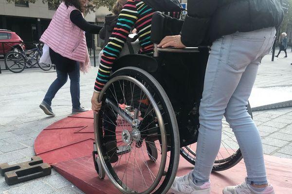 Des personnes valides sont invitées à tester un trajet en fauteuil roulant