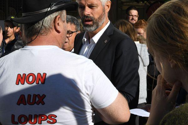 Les participants ont profité de la foire de Beaucroissant (Isère) pour interpeller les politiques sur les difficultés du monde agricole.