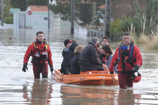 Les secours à La Faute-sur-Mer après le passage de la tempête Xynthia le 28 février 2010