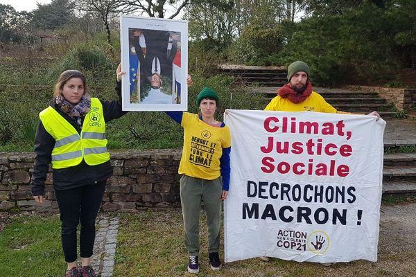 Les militants du GIGNV décrochent le portrait du président Macron, au Loroux-Bottereau, le 21 février 2020