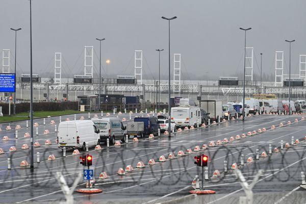 Des voitures attendent à l'entrée de l'Eurotunnel de Calais, alors que la frontière avec le Royaume-Uni a été fermée pendant 48 heures suite à la découverte d'un nouveau variant du coronavirus.