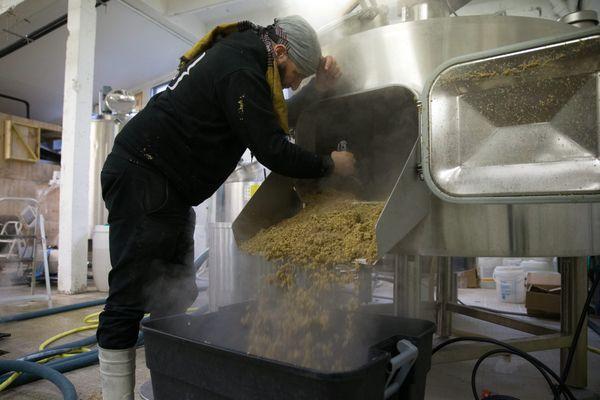 Un brasseur de la brasserie artisanale de l'Etre à Paris, lui aussi présent au Paris Beer Festival.