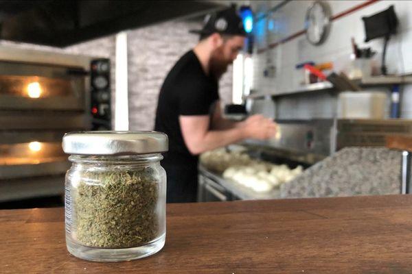 La pizza saveur cannabis est désormais en vente à Clermont-Ferrand depuis le 20 avril.