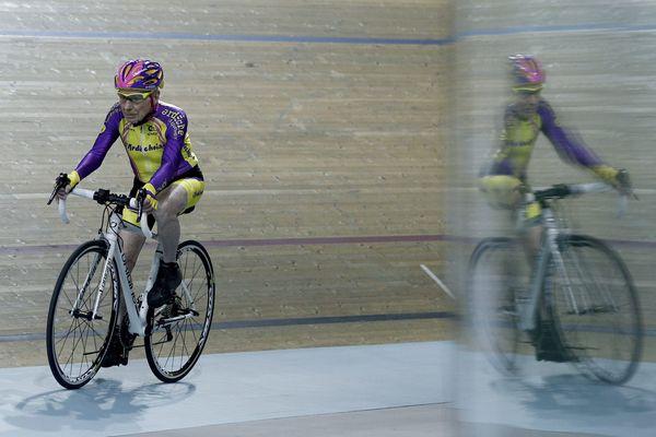 Robert Marchand, 105 ans, sur la route du record de vitesse en cyclisme sur piste.