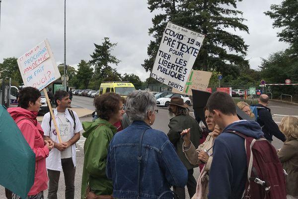 Les manifestants étaient une quarantaine devant l'entrée des urgences du CHU à la mi-journée ce mercredi 15 septembre