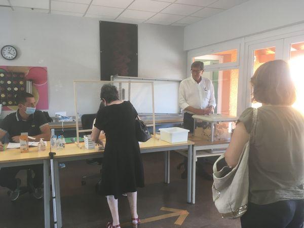 Le maire sortant d'Aleria, Ange Fraticelli, à droite de l'image, en blanc.