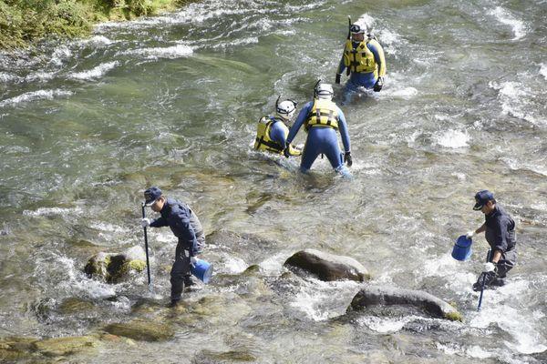 Les fouilles effectuées le 21 aôut 2018 par la police japonaise dans la rivière près de Nikko où les enquêteurs japonais pensent que Tiphaine Véron a disparu.