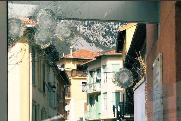 Six impacts de balles ont été recensés sur la vitre de la maison du département des Alpes-Maritimes de Roquebillière.