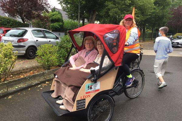 """""""A vélo sans âge"""" est une association qui milite pour redonner à tous de la mobilité, 200 bénévoles en France assurent ces ballades en triporteur comme ici avec deux résidentes d'un Ehpad de Bois-Guillaume en Seine-Maritime (76)."""