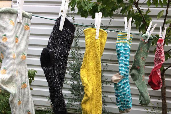 C'est toujours la même histoire, à la sortie de la machine à lavée, on découvre vite que des paires de chaussettes ont été sauvagement séparées.