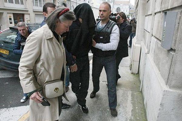 Le principal suspect a été mis en examen ce dimanche 7 avril 2013. Il est accompagné de son avocate et encadré par les hommes de la police judiciaire.