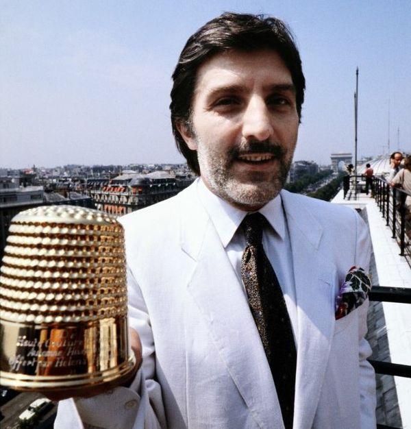 Emanuel Ungaro lorsqu'il reçoit son Dé d'or en 1981 à Paris.