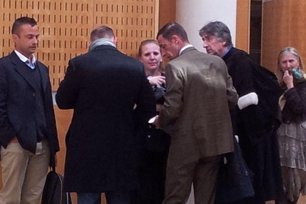 Montpellier - les victimes discutent avec les militaires accusés à l'issue du procès de la fusillade du 3e RPIMa - 12 avril 2013.