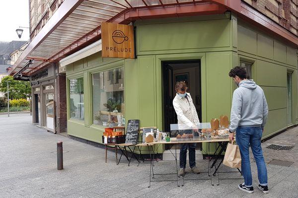 En attendant l'ouverture de sa terrasse agrandie le 19 mai, le café Prélude profite encore de l'engouement des habitants du quartier pour ses menus à emporter.