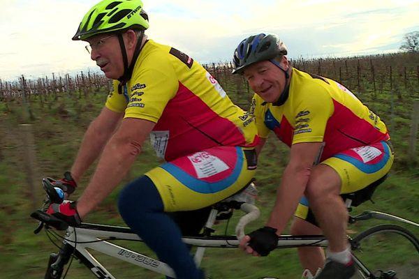 Jean-Claude pilote le tandem et circule en équipe avec Bernard, non-voyant
