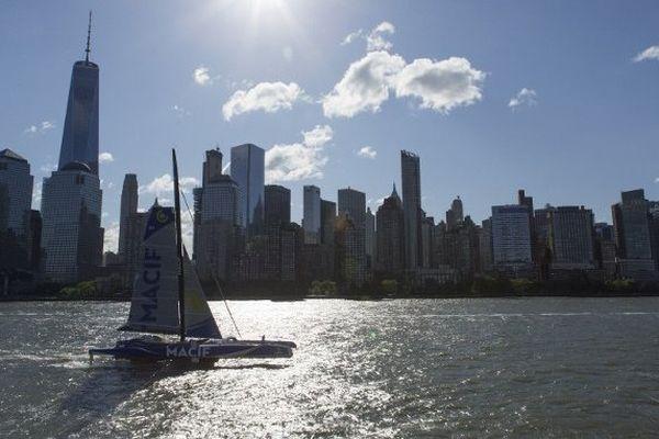 Le trimaran MACIF à New York au passage de ligne du record de l'Atlantique Nord en solitaire