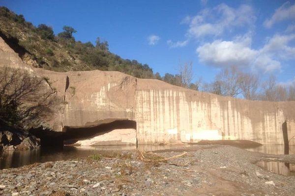 Impressionnant glissement de deux claveaux sur les vestiges du barrage de Malpasset.