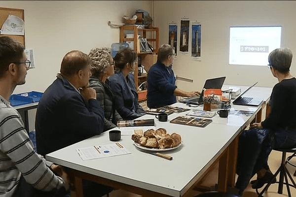 Des donateurs du Téléthon assistent à une présentation des chercheurs sur leurs travaux