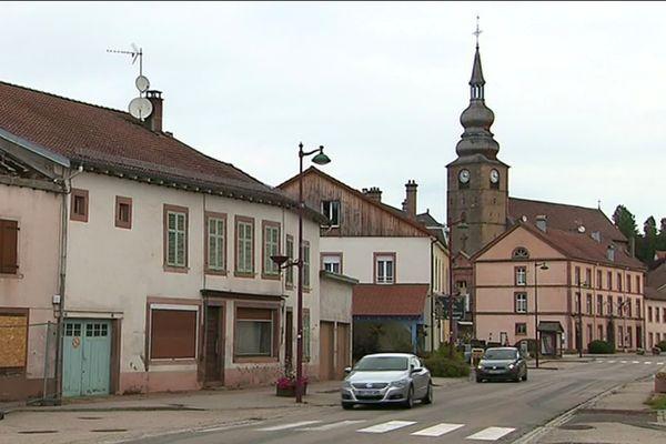 La disparition des services de proximité dans les communes rurales gagne du terrain. A Provenchère-sur-Fave (Vosges) il n'y a plus de distributeur de billets de banque.