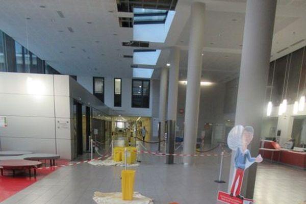 Bassines et draps jonchent le sol du hall de la Cité Sanitaire pour éponger les fuites d'eau.