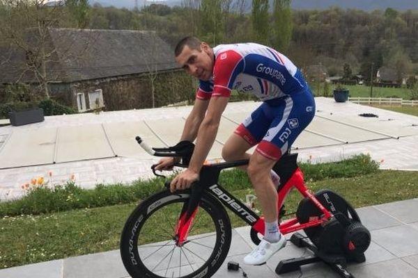 Mathieu Ladagnous sur son home-trainer connecté.