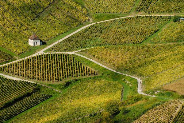 Le Jura n'est toujours pas classé en vert sur la carte du déconfinement. Les élus s'en inquiètent pour le tourisme notamment, du vignoble aux lacs du Jura à la montagne.
