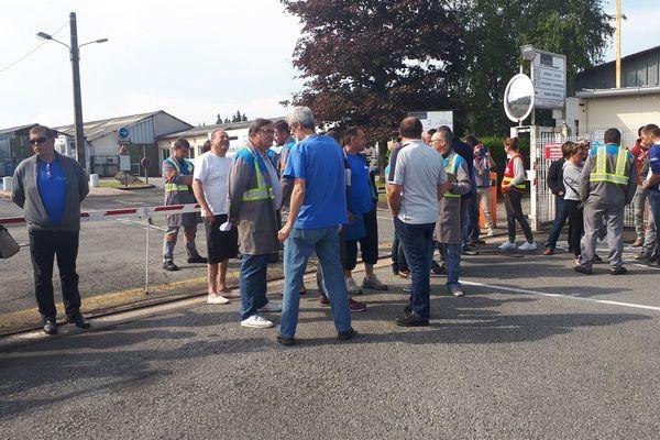 Les ex-salariés de GM&S, ainsi que ceux repris par LSI attendaient Jean-Pierre Floris devant l'usine à La Souterraine pour lui remettre des CV.