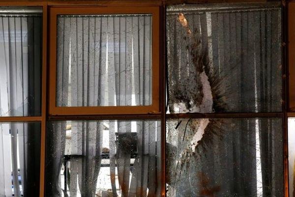 05/12/13 - Le tir de roquette a touché la facade aux vitres blindées du groupement de gendarmerie de Bastia