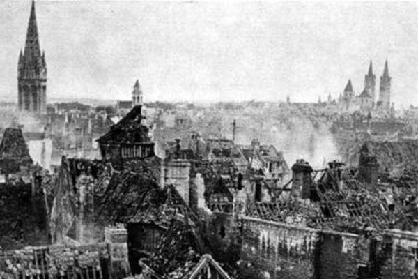 1944 - Caen après un bombardement