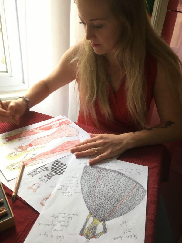 Elody a dessiné elle-même le modèle de la robe imaginée sur le thème du recyclage.