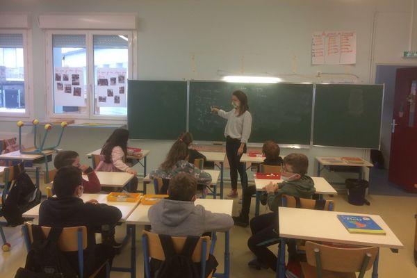 Après une première journée en doublon avec une titulaire, Clara Monzo enseigne désormais à la classe unique qui rassemble les enfants de Lanuéjols et Trèves.