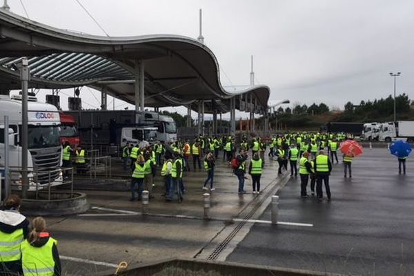 Les Gilets Jaunes bloquent le péage de la Negresse, à Biarritz, ce samedi 1 décembre.
