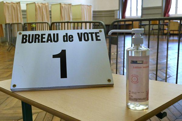 Malgré les risques liés au Coronavirus, les élections municipales de mars 2020 sont maintenues. Des mesures de précaution sont mises en place dans les bureaux de vote dans toute la France.