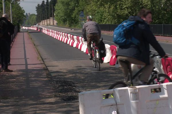 Montpellier - la piste cyclable temporaire sur le pont que va vers Castelnau-le-Lez  - 25 avril 2020.