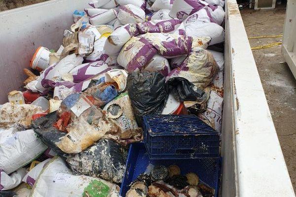 La famille Bousquet a du jeter de nombreux produits, le 23 octobre 2019, suite aux inondations de Béziers.