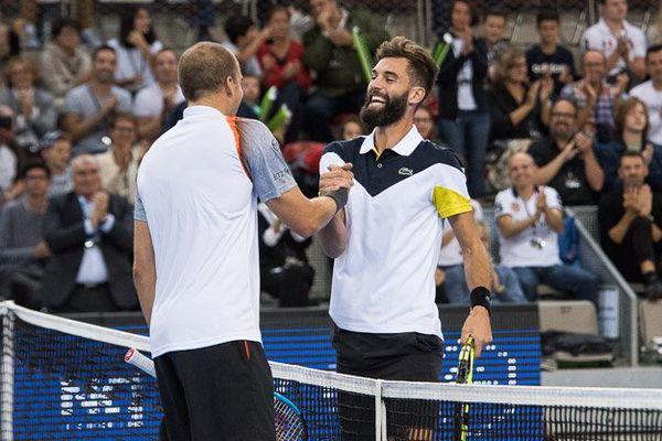 Benoît Paire salue son adversaire à l'issue du match de finale.